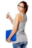 Condizione della ragazza e taccuino e penna della holding Fotografie Stock Libere da Diritti