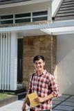 Condizione dello studente maschio davanti alla sua casa fotografie stock
