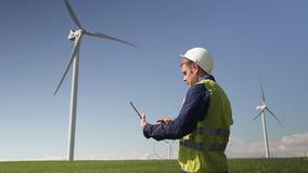 Condizione di manutenzione vicino al mulino di vento e programma usando sulla compressa stock footage