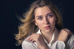Condizione di modello della giovane donna alla moda su un fondo scuro Fotografia Stock Libera da Diritti