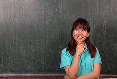 Condizione e pensiero felici della giovane donna dell'Asia Fotografie Stock
