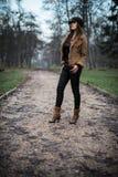 Condizione e posa della giovane donna Fotografia Stock