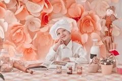 Condizione felice del cuoco unico del ragazzo vicino al tavolo da cucina immagine stock