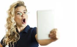 Condizione felice della donna di affari con il computer della tavola sopra fondo Indossi una camicia blu ed i vetri Parlando con  immagini stock