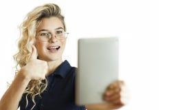 Condizione felice della donna di affari con il computer della tavola sopra fondo Indossi una camicia blu ed i vetri Parlando con  fotografia stock libera da diritti