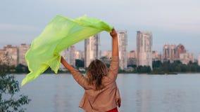 Condizione felice della donna ed ondeggiare il suo pareo trasparente nel grande lago al tramonto nel slo-Mo video d archivio