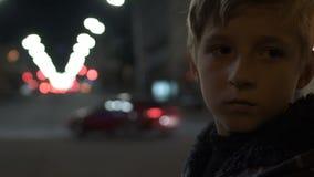 Condizione impotente del bambino sola sull'infanzia difficile e sulla povertà della grande via della città stock footage