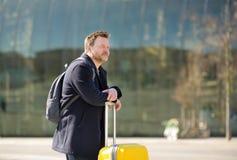 Condizione invecchiata media dell'uomo davanti alla stazione centrale al giorno di molla soleggiato Viaggi di affari immagini stock libere da diritti