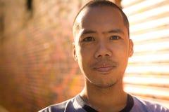 Condizione maschio asiatica contro la parete dei graffiti Fotografia Stock