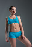 Condizione muscolare dell'atleta della giovane donna Immagine Stock