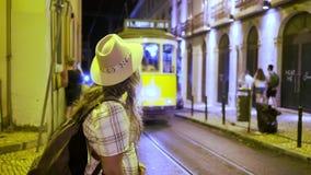 Condizione sorridente della donna sulla via alla notte video d archivio