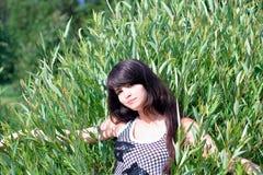 Condizione teenager di sorriso sul campo Fotografia Stock