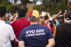Condizione venezuelana dell'uomo alla protesta contro Nicolas Maduro fotografia stock