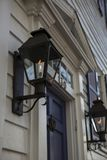 Condomínio colonial, luzes de gás do close up ao longo de uma rua Foto de Stock