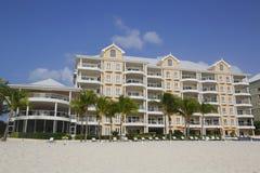 Condomínio luxuoso situado nos sete Miles Beach em Grande Caimão Fotografia de Stock Royalty Free