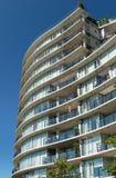 Condomínio ou prédio de apartamentos Fotografia de Stock Royalty Free