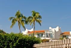 Condomínio tropical luxuoso imagens de stock