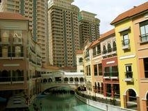 Condomínios, alameda de Veneza Grand Canal, monte de McKinley, Taguig, metro Manila, Filipinas Imagens de Stock