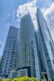Condomínios altos azuis foto de stock royalty free
