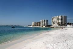 Condomínios ao longo da praia Fotografia de Stock Royalty Free
