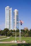 Condomínios de Milwaukee e bandeiras do parque dos veteranos Fotos de Stock Royalty Free