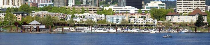 Condomínios do beira-rio e porto, panorama. Fotografia de Stock