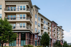 Condomínios do tijolo e do estuque com balcões Imagens de Stock Royalty Free