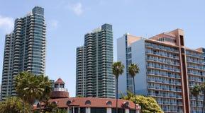 Condomínios e hotéis da parte dianteira da praia do oceano Foto de Stock Royalty Free