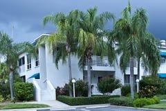 Condomínios luxuosos nos tropics Imagem de Stock Royalty Free