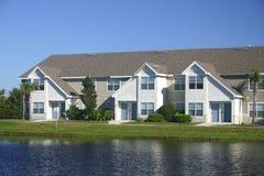 Condomínios no lago Imagem de Stock