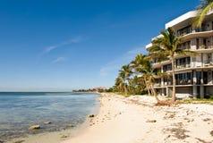Condomínios ocidentais da parte dianteira da praia de Ket fotografia de stock royalty free
