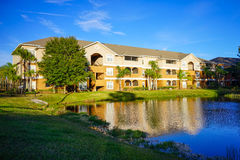 Condomínios ou apartamentos amarelos e uma lagoa pequena Imagens de Stock