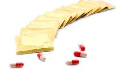 Condomen en mondelinge contraceptieve pillen Stock Afbeeldingen