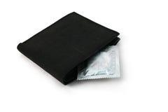 Condomen in zwarte portefeuille Stock Afbeelding
