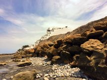 Condomini della spiaggia di Piedra Larga su Rocky Coast dell'Ecuador Fotografie Stock Libere da Diritti