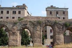 Condomini dietro l'aquedotto romano a Roma (Italia) Fotografie Stock Libere da Diritti