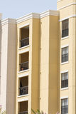 Condomini gialli con i balconi del ferro saldato Immagini Stock