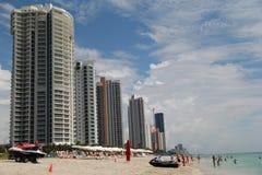 Condomini ultra eleganti, hotel e vacanzieri su Miami Beach, Florida, estate, 2013 Fotografia Stock
