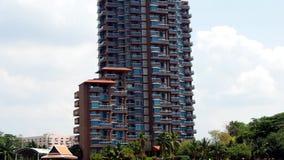 Condominio de lujo de gran altura en los bancos del río metrajes