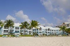 Condominio de lujo situado en los siete Miles Beach en Gran Caimán Foto de archivo libre de regalías