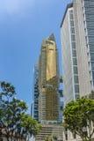 Condominio de oro con el cielo azul imagenes de archivo