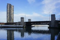 Condominio e ponte della torre del punto del lago Immagine Stock Libera da Diritti
