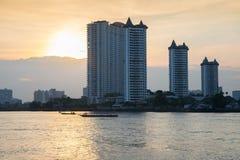 Condominio moderno delle costruzioni a Chao Phraya River Bangkok Thailand ad alba fotografia stock libera da diritti
