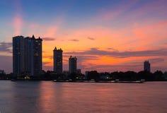 Condominio moderno delle costruzioni a Chao Phraya River Bangkok Thailand ad alba immagine stock