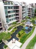 Condominio moderno esterno & modific il terrenoare Immagini Stock Libere da Diritti