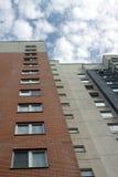 Condominio moderno, la vista dal basso verso l'alto immagine stock