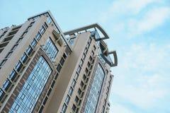 Condominio Multistorey sui precedenti del cielo Fotografia Stock Libera da Diritti