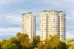 Condominio o appartamento con cielo blu per fondo Immagine Stock Libera da Diritti