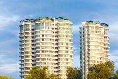 Condominio o appartamento con cielo blu per fondo Fotografie Stock Libere da Diritti