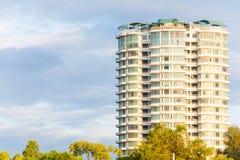 Condominio o appartamento con cielo blu per fondo Fotografia Stock Libera da Diritti